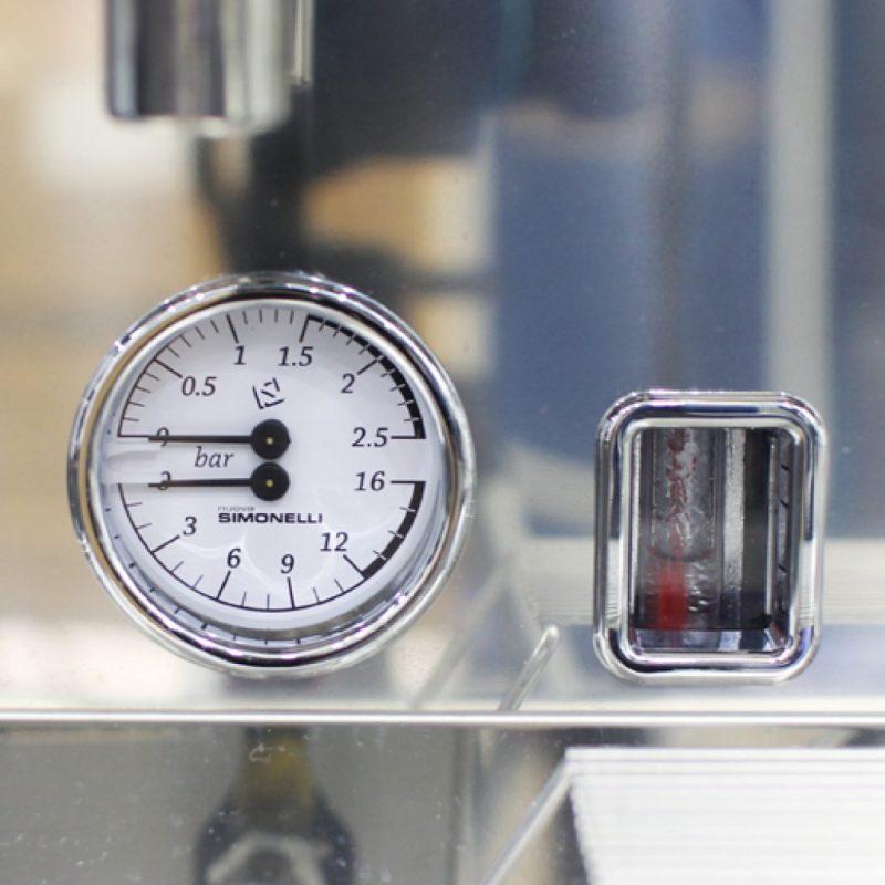 Đồng hồ hiển thị áp suất nước của máy