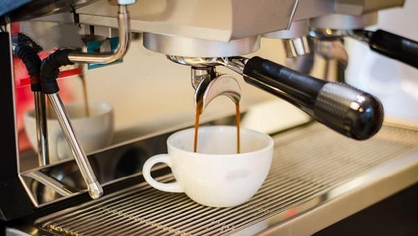Pha cà phê bằng máy giúp tiết kiệm thời gian nhưng vẫn đảm bảo chất lượng đồng đều
