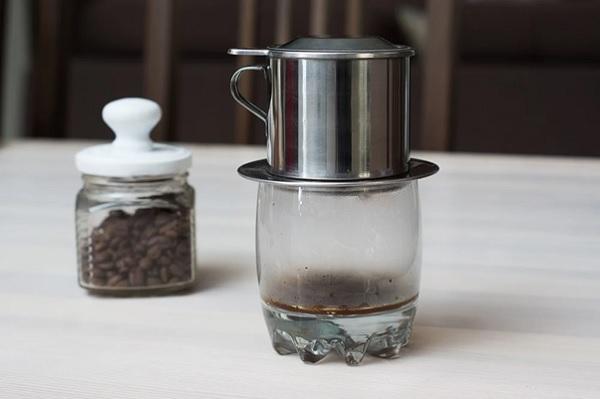 Pha cafe rang xay bằng phin truyền thống