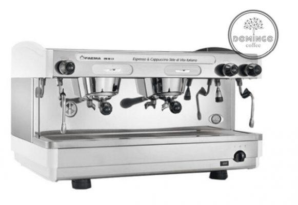 Máy pha cafe Faema E98 được làm từ chất liệu thép không gỉ và nhôm cao cấp