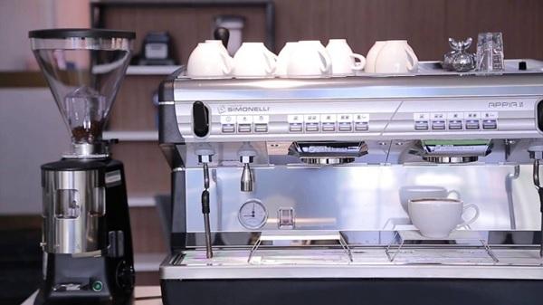Nuova Simonelli Appia Auto 2 Group với thiết kế kèm bộ phận chứa, sưởi ấm ly, tách tiện lợi