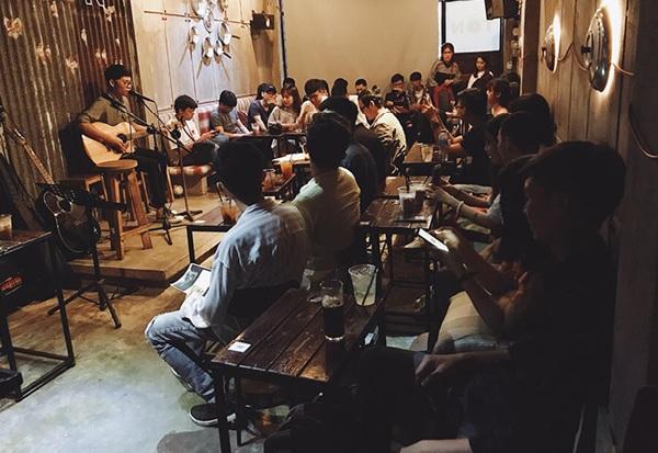 Quán cafe Acoustic luôn thu hút lượng lớn khách hàng