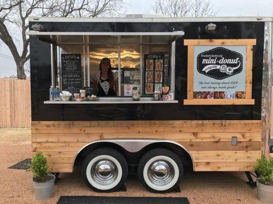 """Trang trí chiếc xe ô tô thật ấn tượng để phục vụ cho việc kinh doanh cafe """"take away"""" là cách giúp bạn tối ưu chi phí hiệu quả"""
