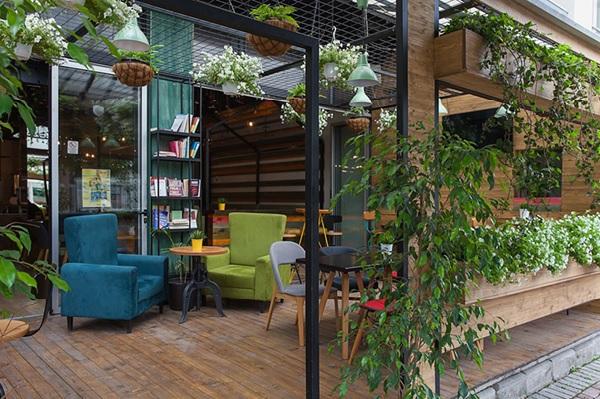 Quán cafe kết hợp cây cảnh, sách